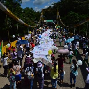 Marcha por la paz en el Puente Internacional Colombo Ecuatoriano